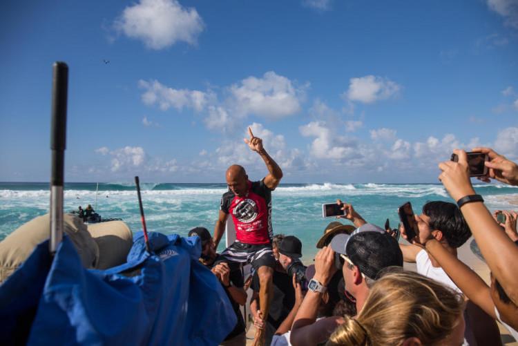Kelly Slater festeja a sua primeira vitória em dois anos no surf mundial (®WSL/Freesurf/Heff)