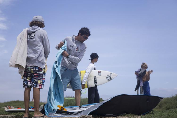 Francisco Canelas com atletas do clube numa viagem de surf às Canárias, em 2015 (®JoaoBrekBracourt/Lanzarote)