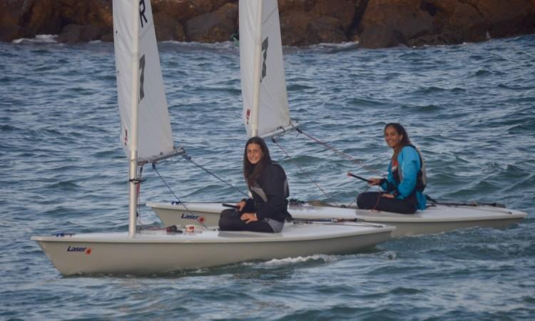 Daniela Miranda (à esquerda) venceu e Bruna Carvalho (à direita) foi a 2ª melhor feminina na frota 4.7 do troféu internacional em Vilamoura (®PauloMarcelino/Arquivo)
