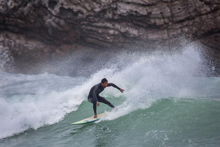"""Moreno prefere """"o trabalho base lip"""" e dá nas vistas onde quer que vá surfar (®JorgeSantos)"""