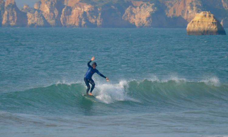 Isaac Felizardo, surfista local e atleta ICMPortimão/Playsurf, surpreendeu com a vitória em Longboard na primeira etapa, em fevereiro (®PauloMarcelino/Arquivo)