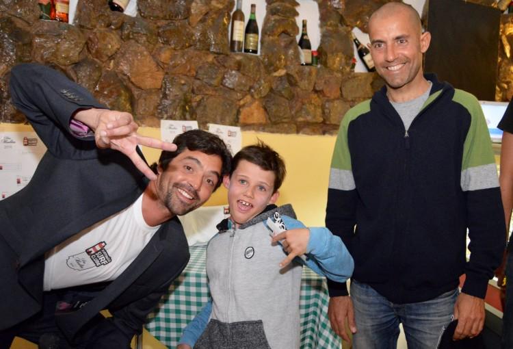Atletas mais novo, Louis Escudeiro, 8 anos, e de maior idade, Miguel Marinho, 43 anos; com o presidente do PTMSC, Francisco Canelas (®PauloMarcelino)