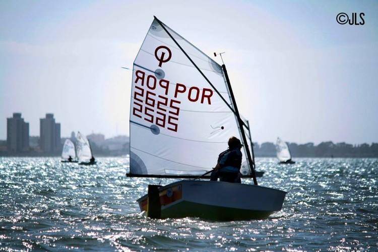 Guilherme Cavaco em ação no campeonato provincial espanhol de Optimist, em Cádiz, que concluiu em 3º lugar Sub-16 (®CNElTrocadero/JuliaLozano)