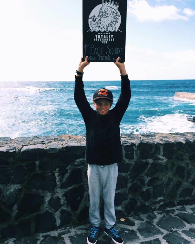 Algarvio João Maria Mendonça ergue a placa de vencedor 'Squids' em Tenerife (®DR)