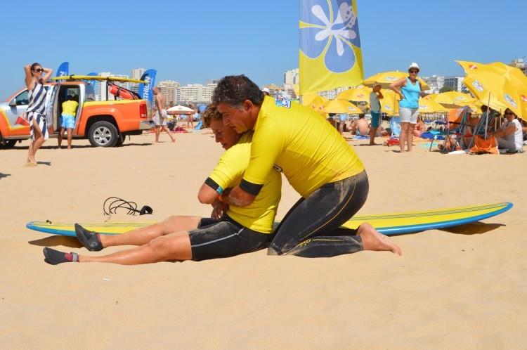 Surfistas são a primeira linha de socorro a banhistas. Em 2014, salvaram 80 vidas nas praias portuguesas (®PauloMarcelino/Arquivo)