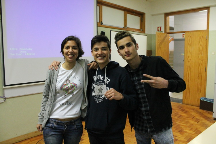 Carla Lorenço with students after a school lecture (®DR)