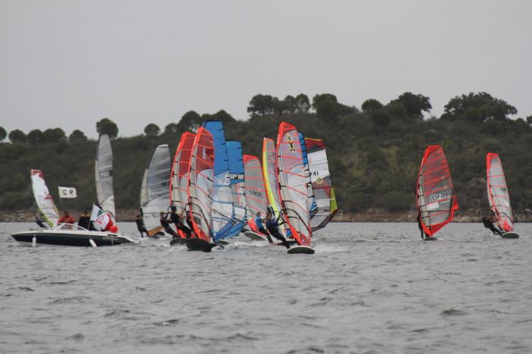 'Carmim Lago Alqueva 2016' é a primeira prova oficial de Formula Windsurfing, este ano, em Portugal e na Europa (®CarlosAlmeida)