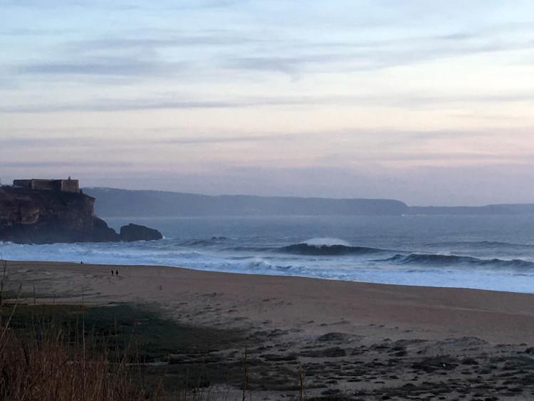 Ondulação e vento ainda não se alinharam para formar os tubos perfeitos na Praia do Norte (®CP)