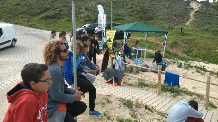 Atletas e público na praia, a assistir à prova (®FilipeCosta)