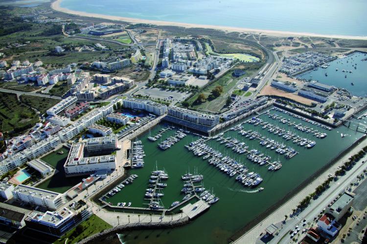 Imagem aérea da Marina de Lagos (®DR)