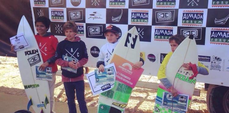 João Mendonça, de branco, é agora atleta federado pelo Surfing Clube Costa do Sol (®ASCC)