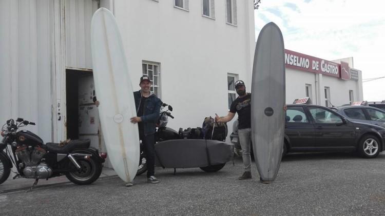 Manuel Mestre, à direita; com o 'shaper' Nico, da Wavegliders, na Ericeira (®DR)