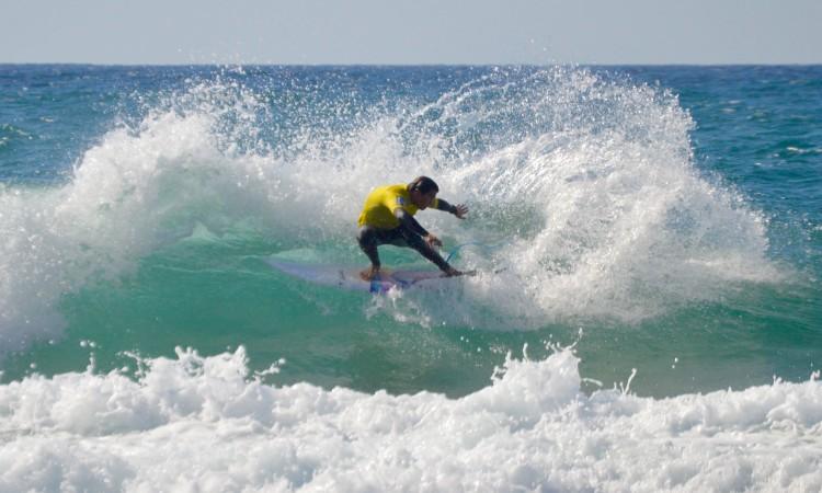 Eduardo Fernandes, surfista Top 8 Nacional em 2015 e atleta do Algarve Surf Clube, em ação na final Open no Castelejo (®PauloMarcelino)