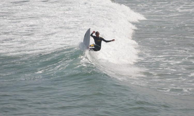 Frederico 'Martim' Magalhães bem vertical no 'pocket', a mostrar surf 'no crítico' durante uma sessão livre na Bordeira, no verão do ano passado (®PauloMarcelino/Arquivo)