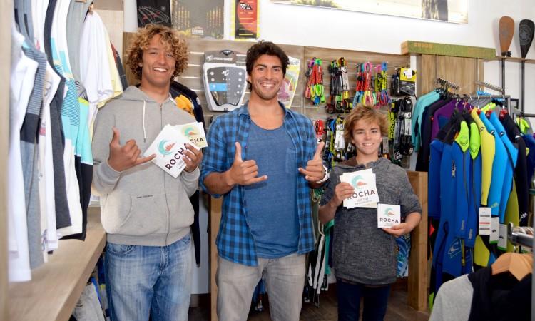 Da esquerda para a direita: Isaac felizardo, Carlos Barão e Diogo Pereira, na Rocha Surf Shop (®PauloMarcelino)