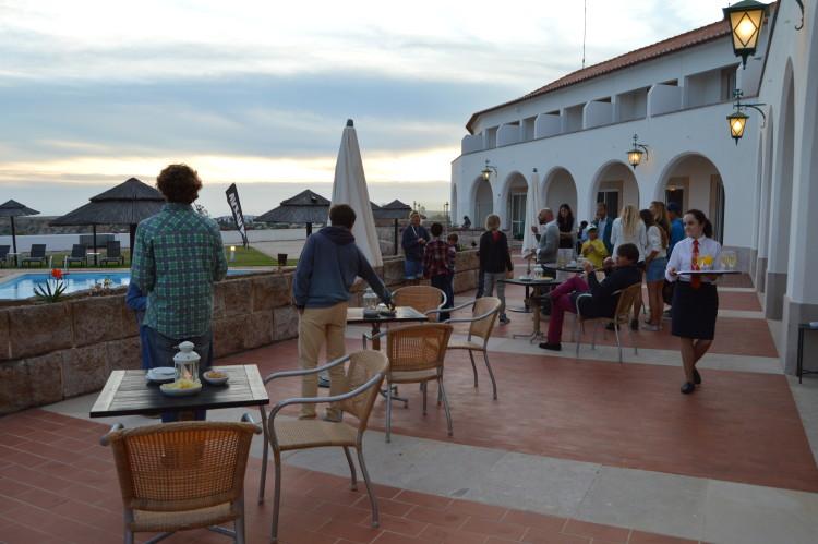 Gala começa com um beberete junto à piscina, com vistas magnífica para a Baía de Sagres (®PauloMarcelino/Arquivo)