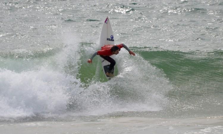 Gustavo 'Guga' Gouveia esteve hoje imbatível na (sua) Praia da Rocha, como prova esta manobra vertical na meia-final Open (®PauloMarcelino)