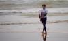 Esperamos voltar a ver o mais breve possível Miguel Mouzinho com a prancha debaixo do braço na praia (®PauloMarcelino/Arquivo)