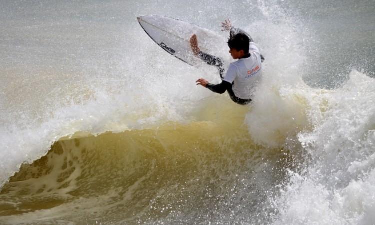 Ricardo Augusto, d Portimão, venceu a final de juvenis Surf Masculino (®PauloMarcelino)