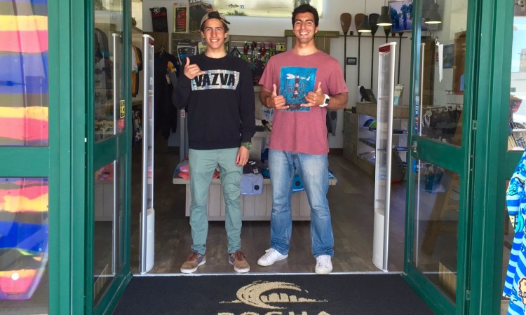 Surfista Frederico 'Martim' Magalhães, à esquerda, com Carlo Barão, proprietário da Rocha Surf Shop (®DR)