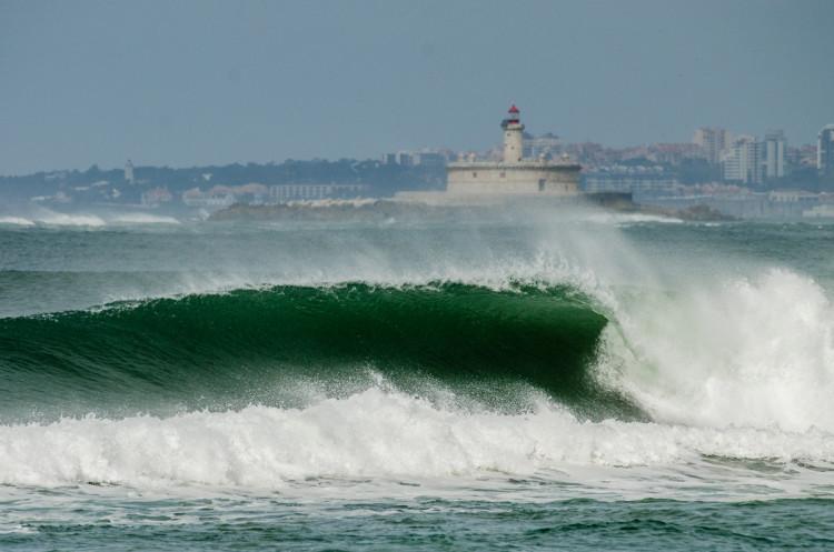 Ondas com algum tamanho e força, mas prejudicadas pelo vento não facilitaram a vida aos surfistas (®PedroMestre/ANS)
