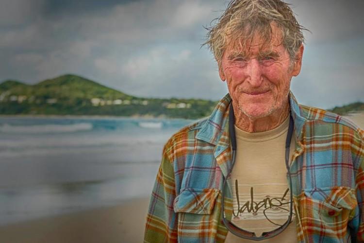 Rusty Miller tem 73 anos. Foi um dos melhores competidores mundiais na década de 1960, surfista de ondas grandes e pioneiro de Uluwatu. Uma lenda viva do surf mundial (®LynMcCarthy)