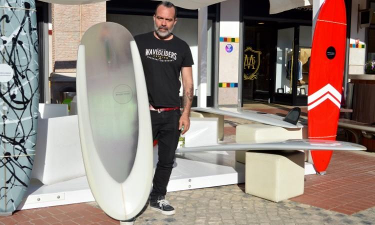 shaper 'Nico' holding his spoon surfboard, a rarity in Portugal (®PauloMarcelino)