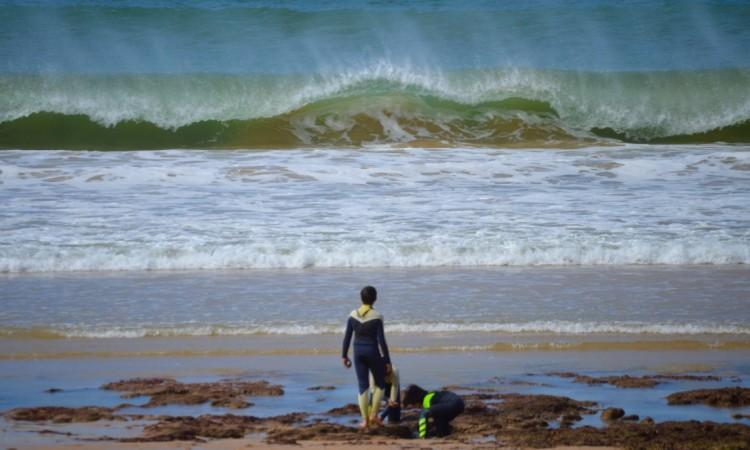 'Quebra-cocos' na Praia da Galé estiveram hoje fortes e perigosos (®PauloMarcelino)