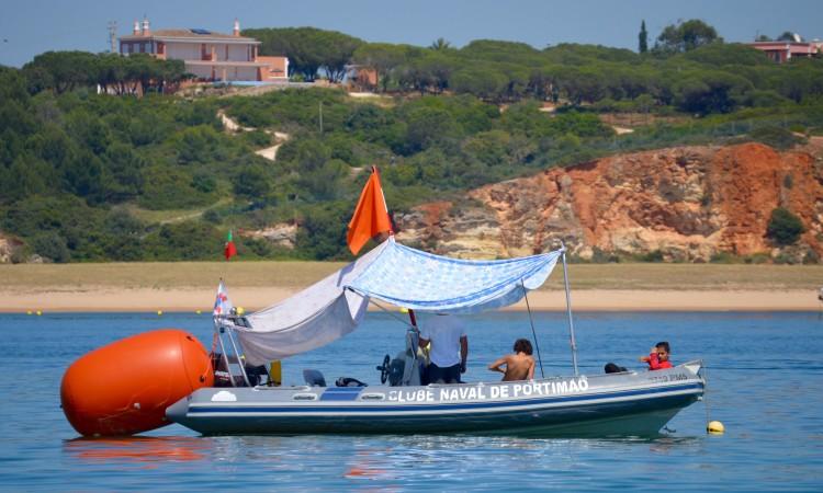 Barco de apoio não se fez ao mar e tripulantes protegeram-se do sol durante a tarde de espera (®PauloMarcelino)