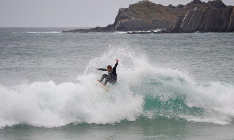 Yolanda num momento de 'free surf', esta semana, na Praia da Arrifana (®PauloMarcelino)