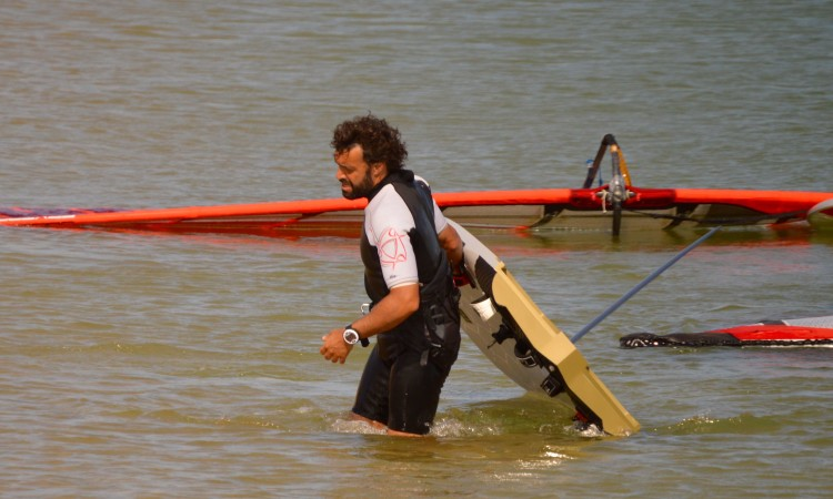 Vasco Chaveca arriving at the beach today after being forced by illness to drop out of the last race (®PauloMarcelino)