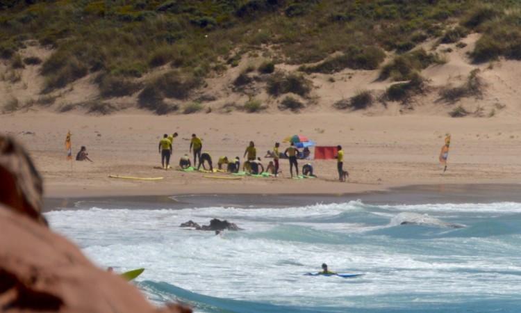 Praia do Amado, em Aljezur, é um dos locais mais procurados pelas escolas de surf (®PauloMarcelino/Arquivo)