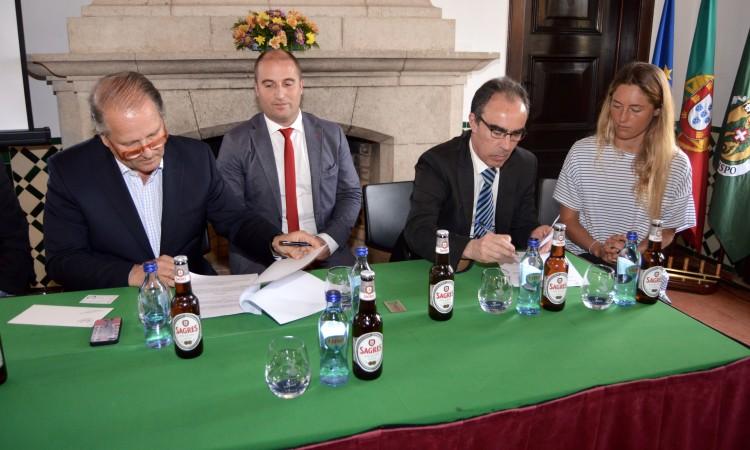 Assinatura do contrato por Nuno Pinto Magalhães, Carmos Marta e Joana Schenker, sob o olhar de Adelino Soares (®PauloMarcelino)