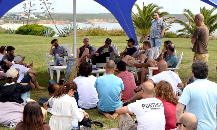 Conversa informal com os convidados, no jardim do Memmo Baleeira Hotel (®PauloMarcelino)
