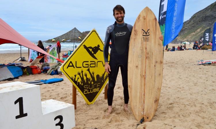 As Yoni Ecosurfboards suscitam sempre grande interesse na praia (®PauloMarcelino)