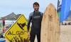 José Antunes com uma das suas pranchas de Madeira, na Praia do Castelejo, durante uma prova regional de surf (®PauloMarcelino)