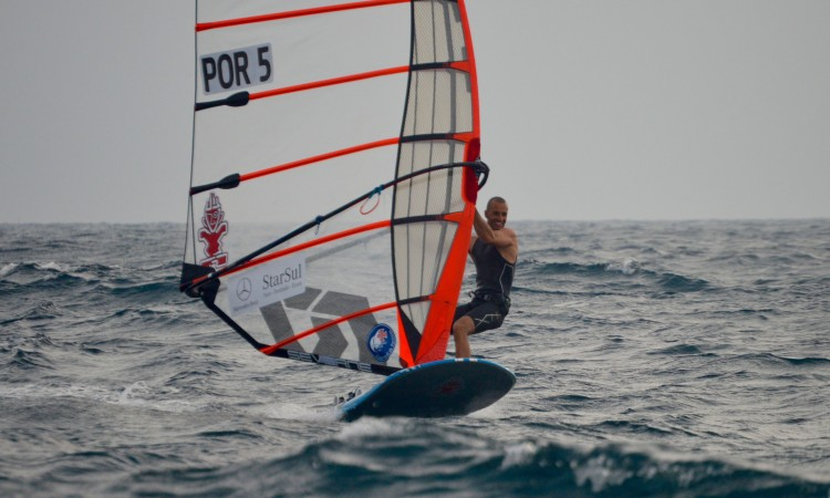 Miguel Martinho tem razão para estar contente: venceu todas as regatas até ao momento e em condições diferentes de mar e de vento (®PauloMarcelino)