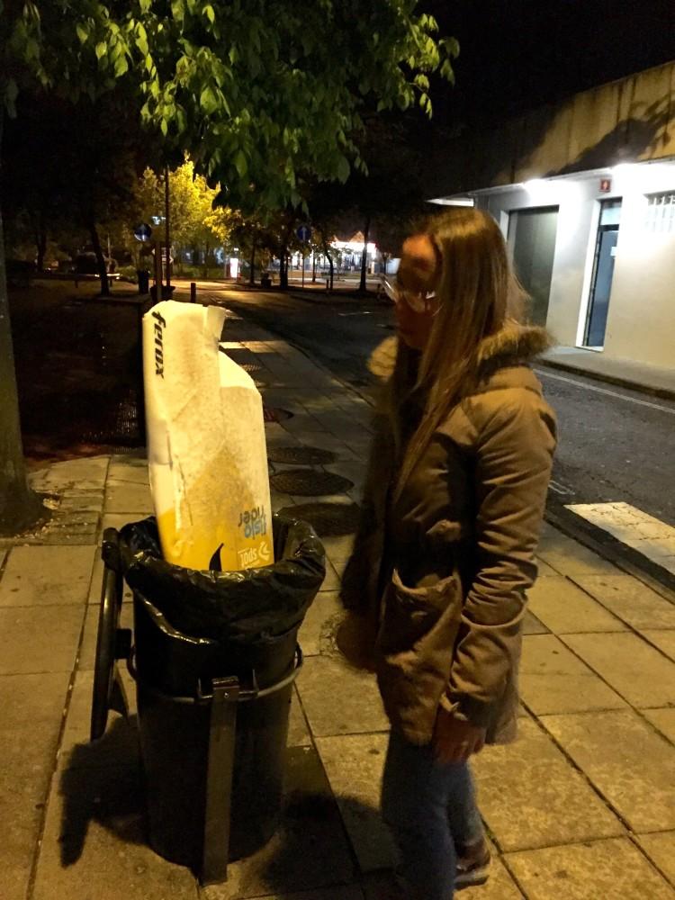 Inês Pascoal junto a uma das suas duas pranchas destruídas na viagem (®DR)
