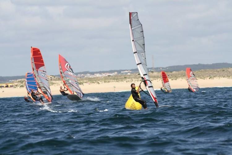 Mar de vaga, típico de Peniche, bom vento na sexta-feira, insuficiente no sábado e muito instável no domingo (®AFWP)