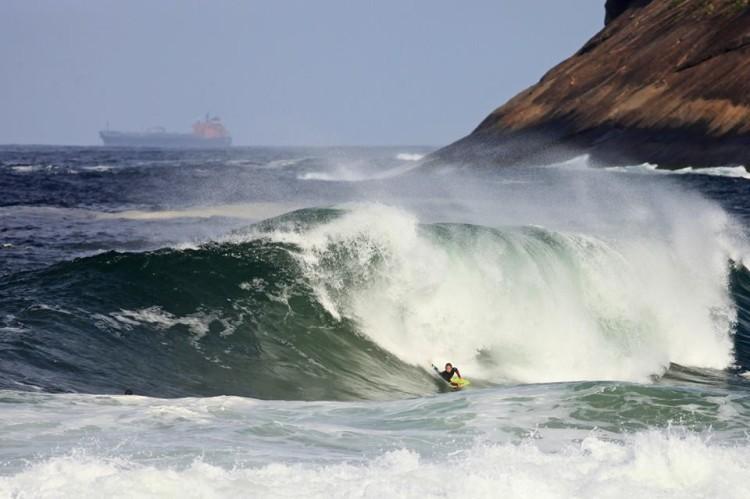 Dia 4 de ação no Itacoatiara Pro, quarta-feira, foi servido por boas ondas de 2 metros (®TonyDAndrea/APB)