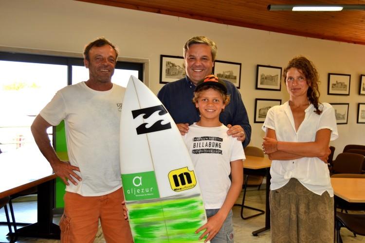 João Maria com os pais e o presidente da Câmara de Aljezur, José Manuel Amarelinho (®CMA)