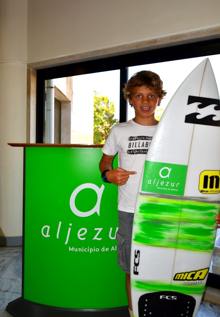 João Maria já vai levar para a California um autocolante com o logotipo do município de Aljezur na prancha (®CMA)