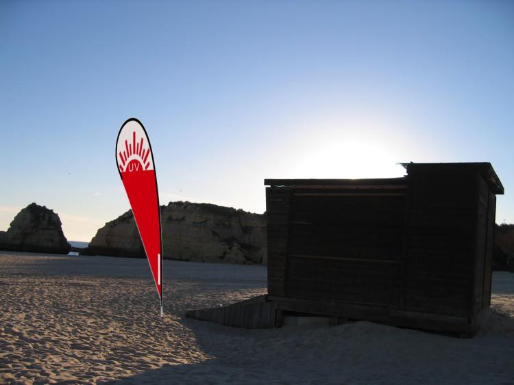 Projeto 'Há UV na praia' pretende instalar sistema de sinalética com bandeiras em praias, informando sobre as variações de índice UV ao longo do dia (®montagem)