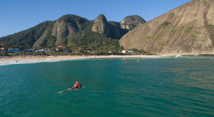 Ronda 1 Feminino foi hoje para a água em Itacoatiara Niterói, Rio de Janeiro. Foto do dia (®Cameravant/APB)