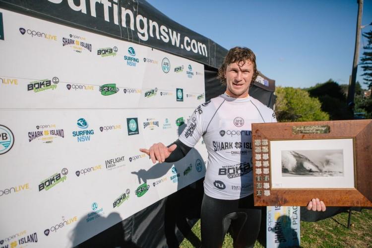 Mitch Rawlings com o prémio de vencedor do evento (®SamVenn)