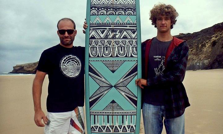 'Shaper' Nunco Calado, á esquerda, com o surfista Isaac Felizardo e a nova LBK 9'1 criada pelo dois (®DR)