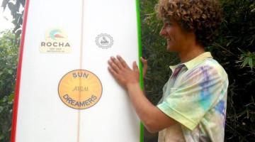 Isaac Felizardo, 17 anos, com uma camisa Pipe Residents, uma das marcas representadas pela Iodo Surfing Gear (®DR)