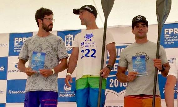 Algarvio Tiago Dinis (à direita) no 3º lugar do pódio da 2ª Etapa de SUP Race Técnico, em Peniche (®DR)