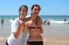 Psicóloga Ana Marisa Brito com uma das participantes no encontro de surf adaptado do ano passado na Praia da Rocha (®PauloMarcelino/Arquivo)