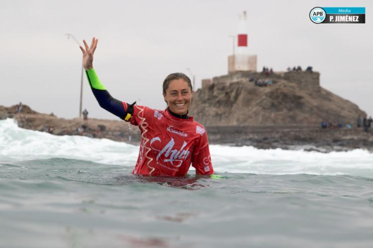 Joana Schenker fez um 8,25 em El Flopos e está na ronda 4 feminina do Arica Chilean Challenge (®Jimenez/APB)